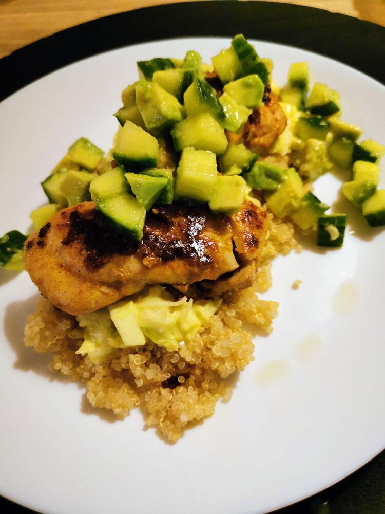 tandoori-kylling-med-cremet-spidskål-og-avocado